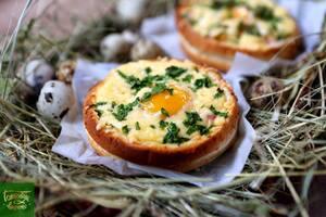 Яйца запеченные в булочках