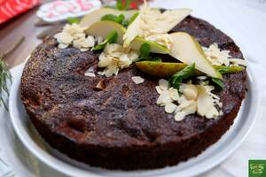 Шоколадный пирог с грушей и миндальными хлопьями