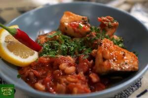 Филе сома тушеное в томатном соусе с острыми колбасками