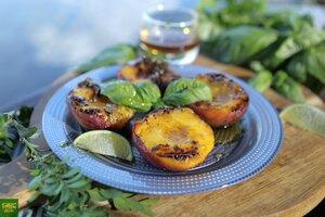 Персики на гриле с базиликово-лаймовым сиропом
