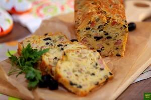 Сырный хлеб с беконом, ветчиной и оливками