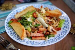 Теплый салат с копченой грудинкой и грибами
