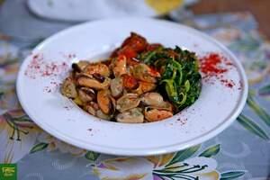 Полента с мидиями, шпинатом и помидорами черри
