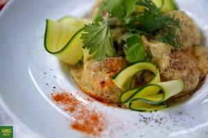 Рыбные тефтели с цукини в сливочном соусе карри