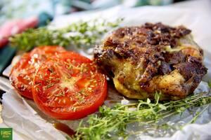 Стейк из трех видов мяса с томатами-гриль
