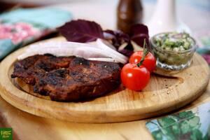 Свиной стейк с огуречной сальсой