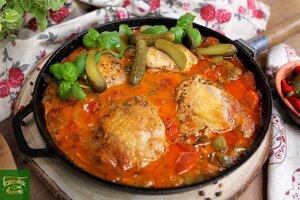 Куриные бедра, тушенные в соусе из томатов с корнишонами