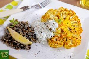 Стейк из цветной капусты с диким рисом и соусом дзадзики