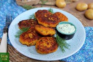 Картофельные котлетки с колбасками и сыром