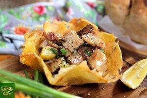 Картофельный салат в сырных корзинках