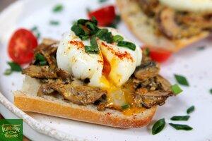 Тосты с грибами и яйцами пашот
