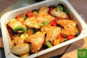 Крылышки, запеченные с острыми колбасками и овощами