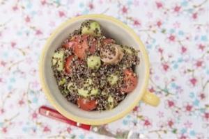 Детский салат с киноа, овощами и сосисками