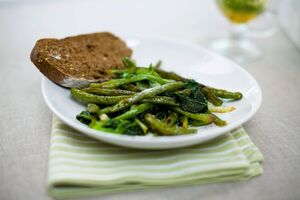 Теплый салат из зеленых овощей