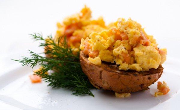 Яйца скрэмбл с лососем