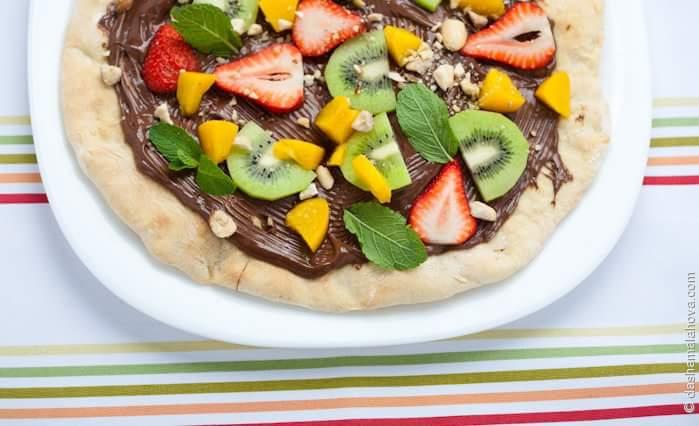 Шоколадная пицца с фруктами