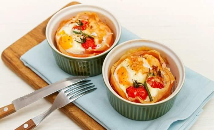 Яйца, запеченные с ветчиной и помидорами Черри