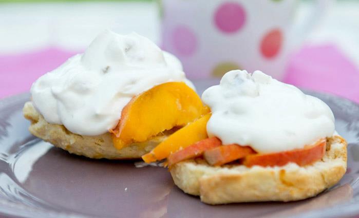 Домашнее печенье со свежими персиками