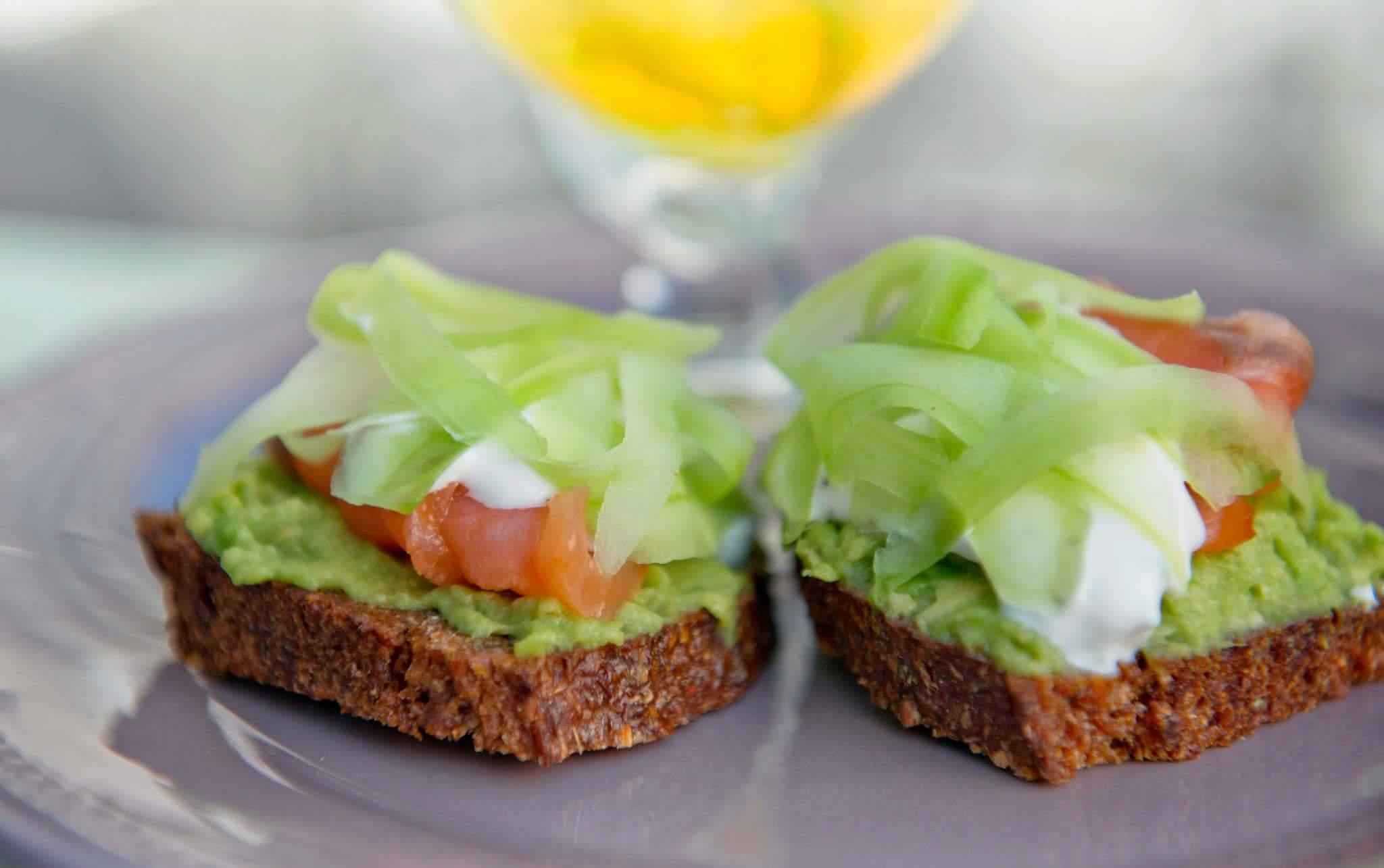 Чай с лимоном, розмарином и имбирем + легкий сэндвич с авокадо и лососем