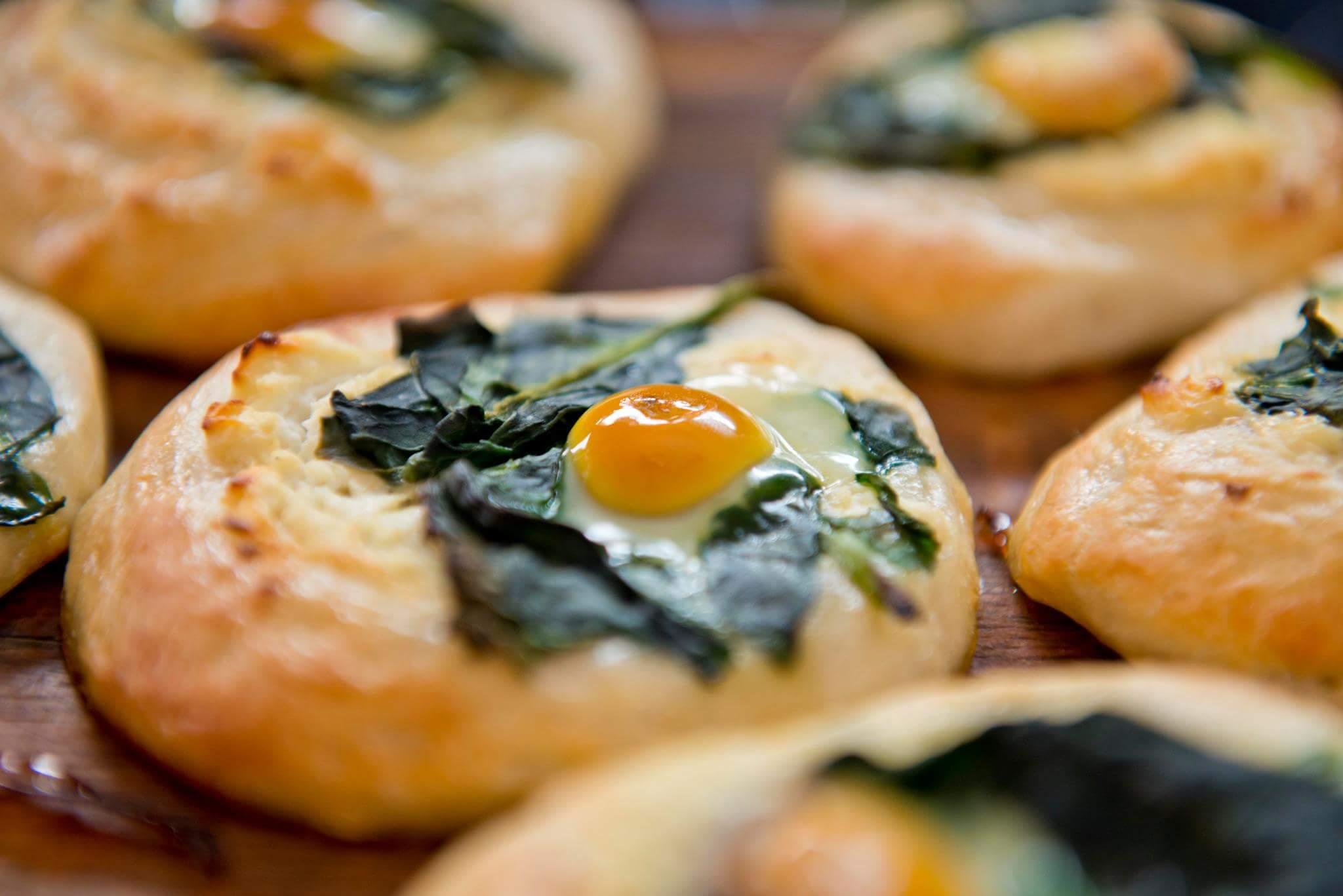 Мини-пиццы со шпинатом и перепелиными яйцами