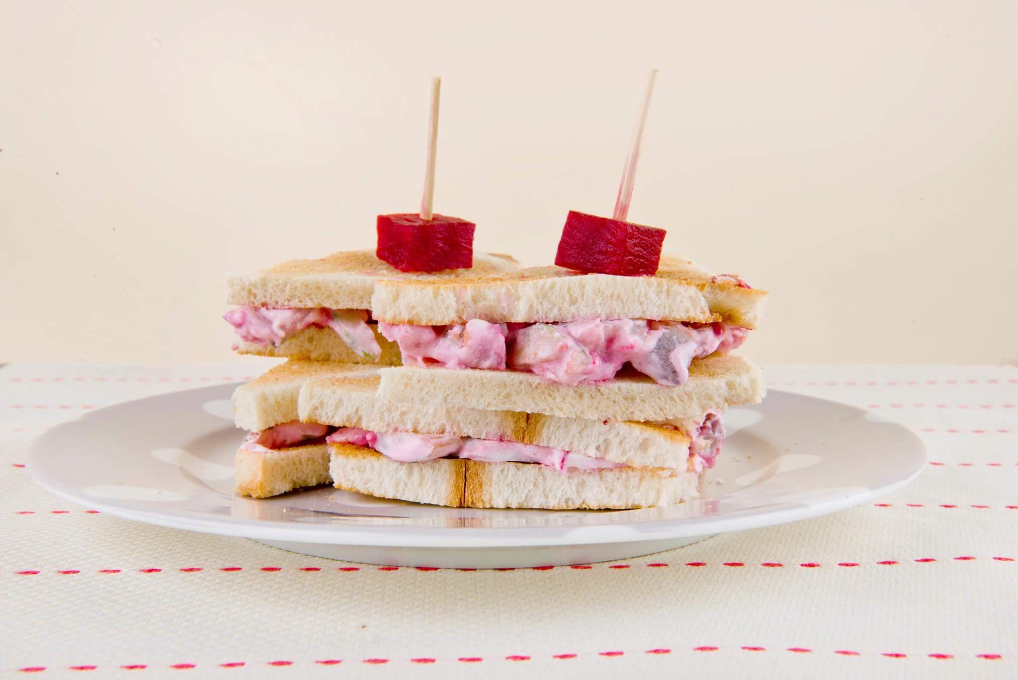 Сэндвич Трамеццини с сельдью, огурцом и свеклой