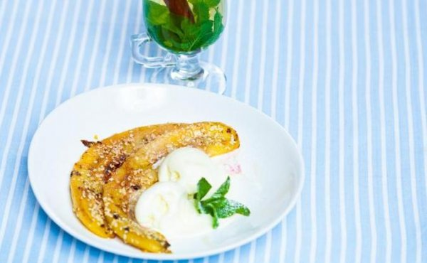 Жареные бананы с мороженым