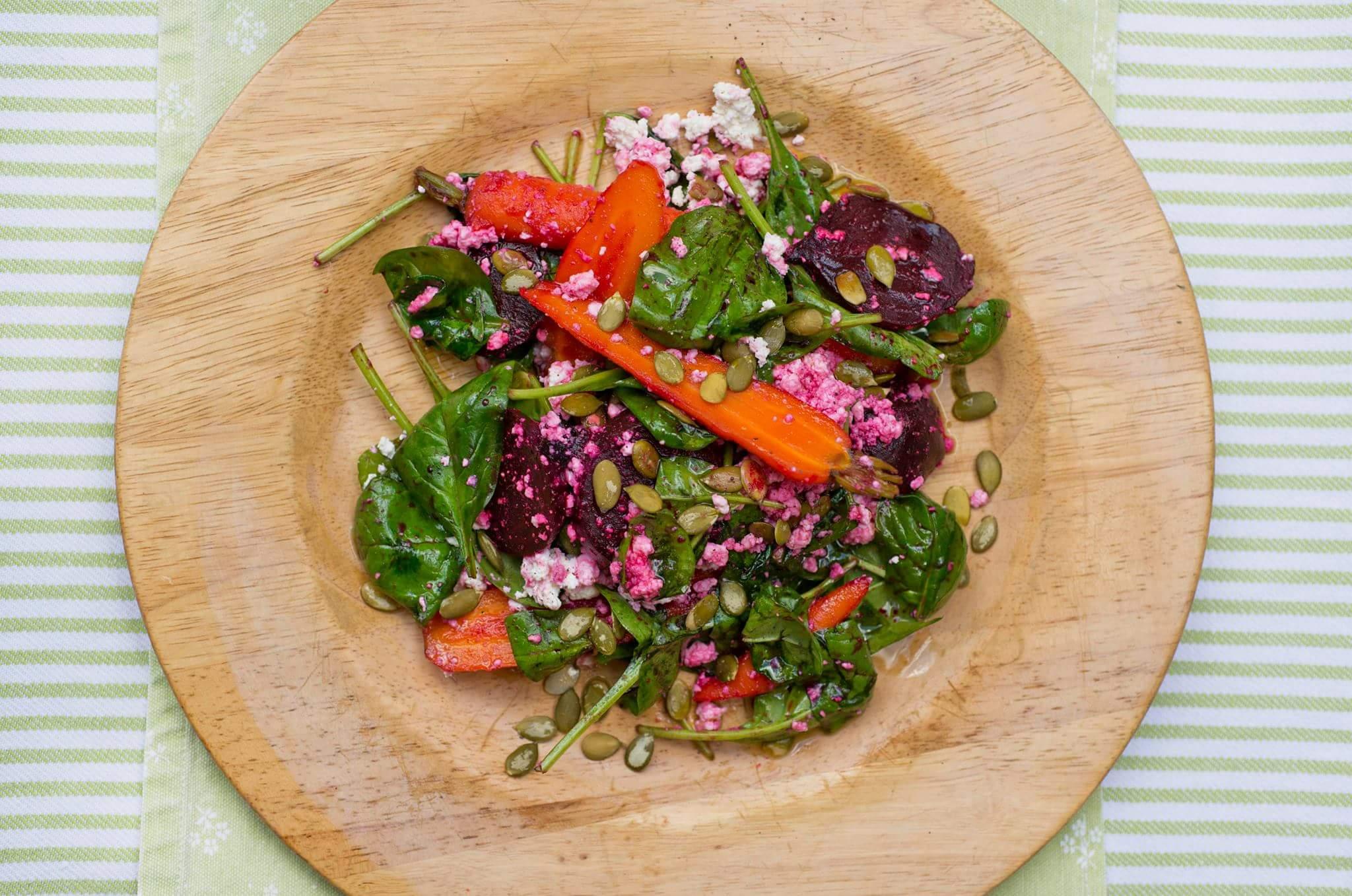 Салат из молодых овощей с творогом и тыквенными семечками