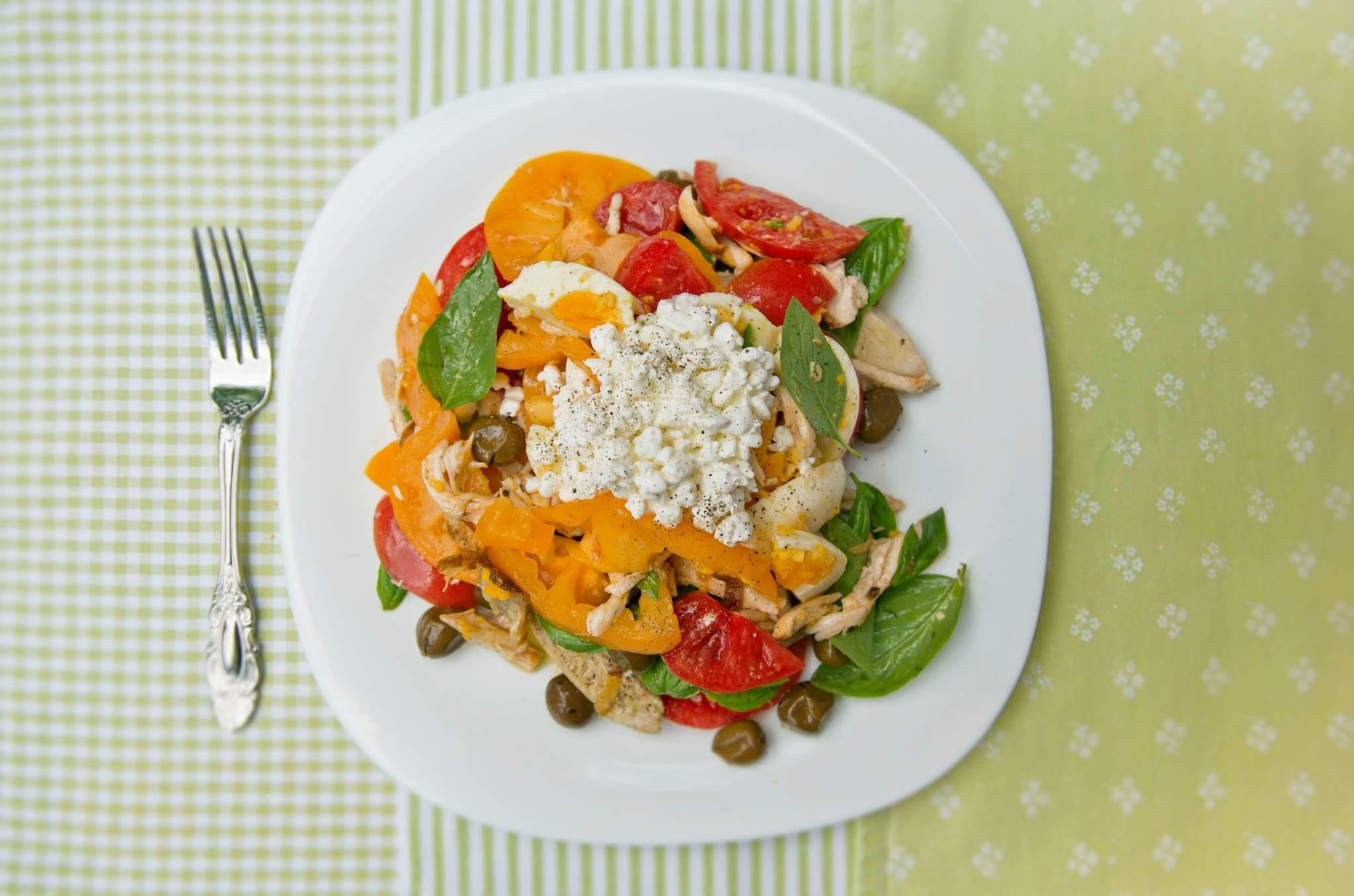 Средиземноморский салат с курицей-гриль