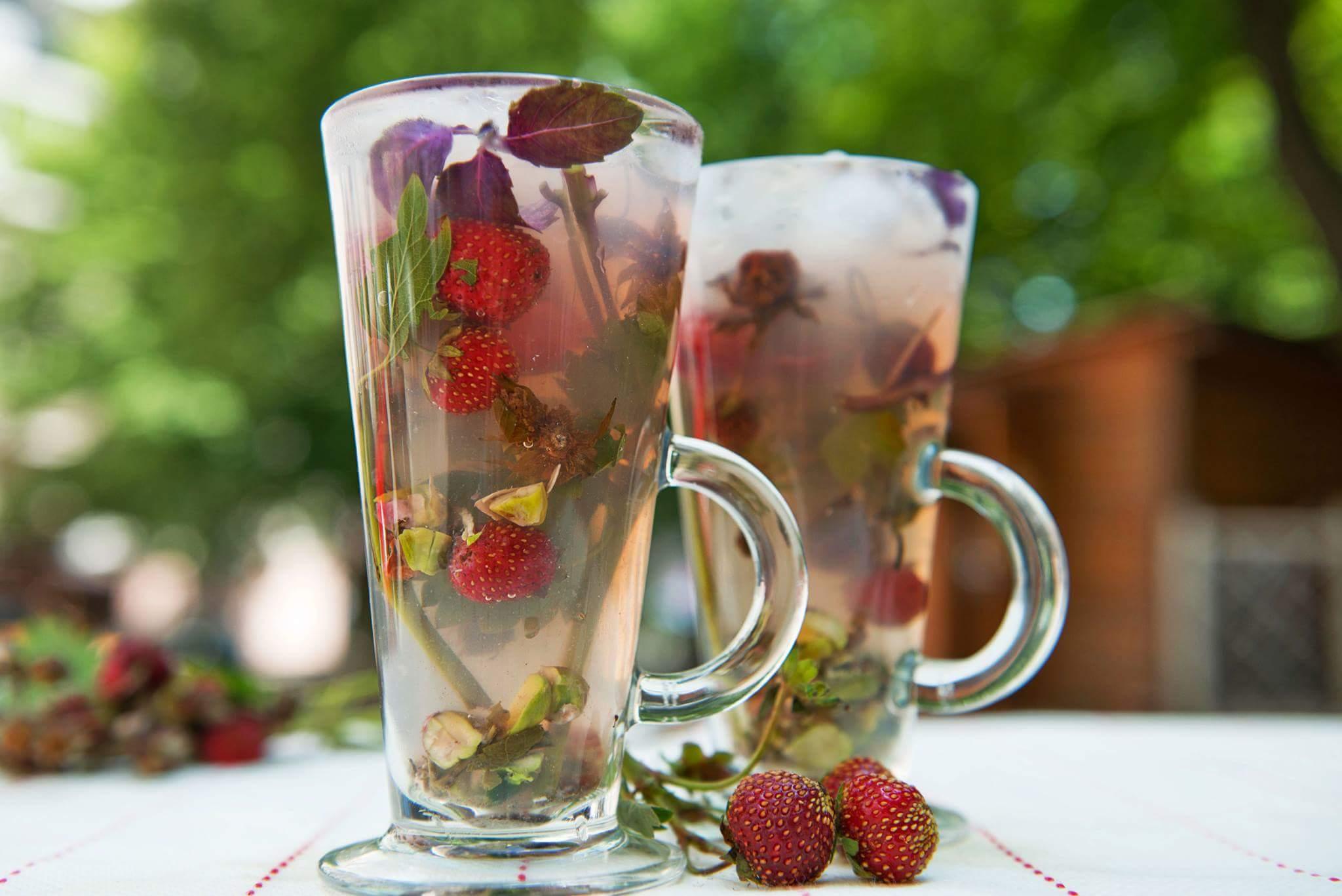 Чай с клубникой и базиликом
