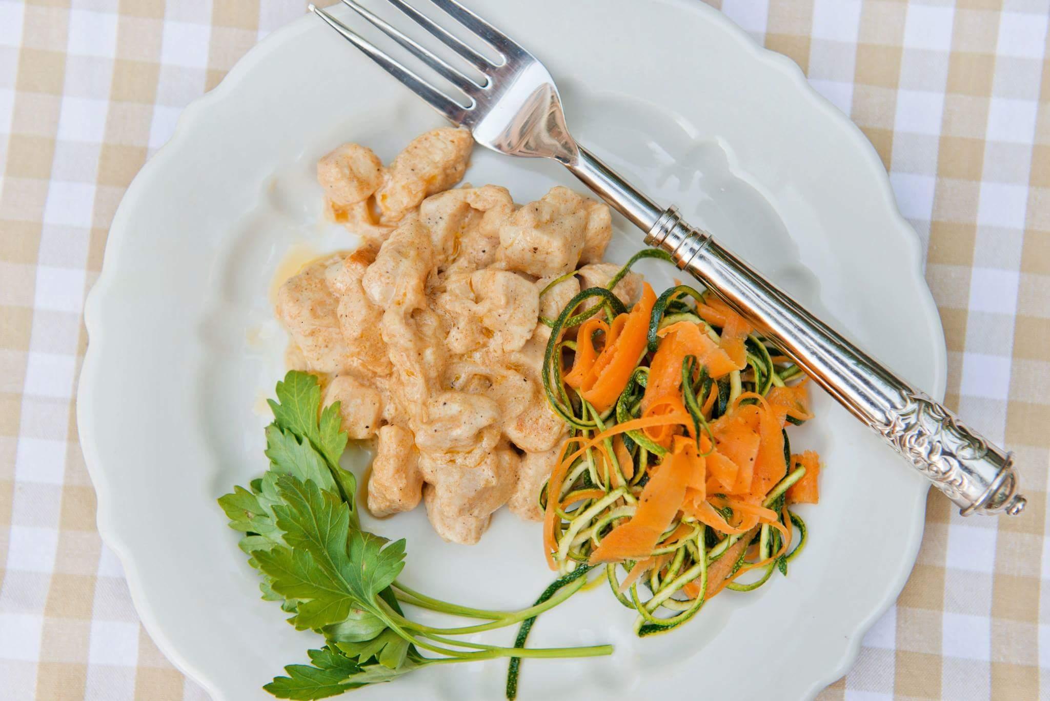Курица в сметане и спагетти из цукини