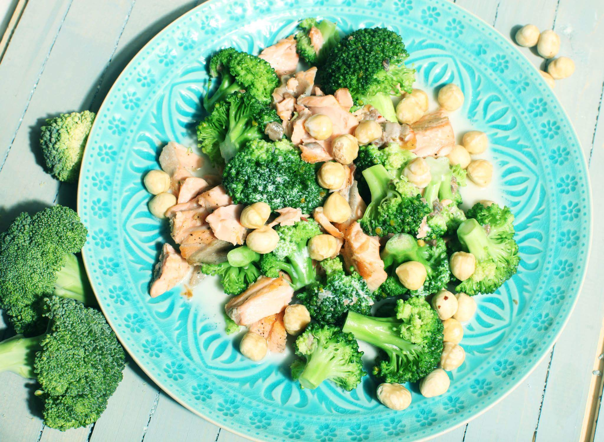 Салат из брокколи с лососем, фундуком и йогуртом