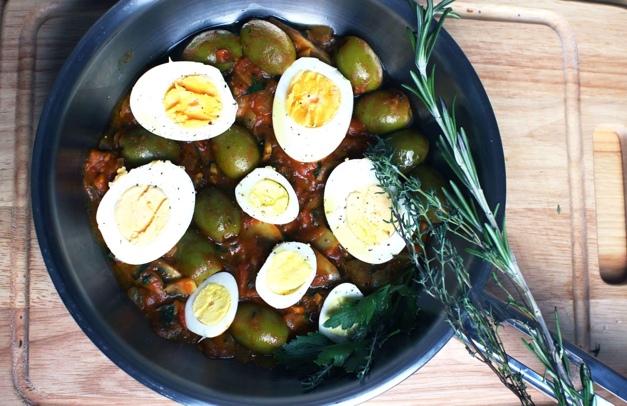 Яйца в томатно-грибном соусе