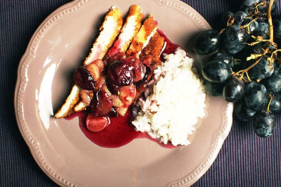 Куриная отбивная с рисом и виноградным соусом
