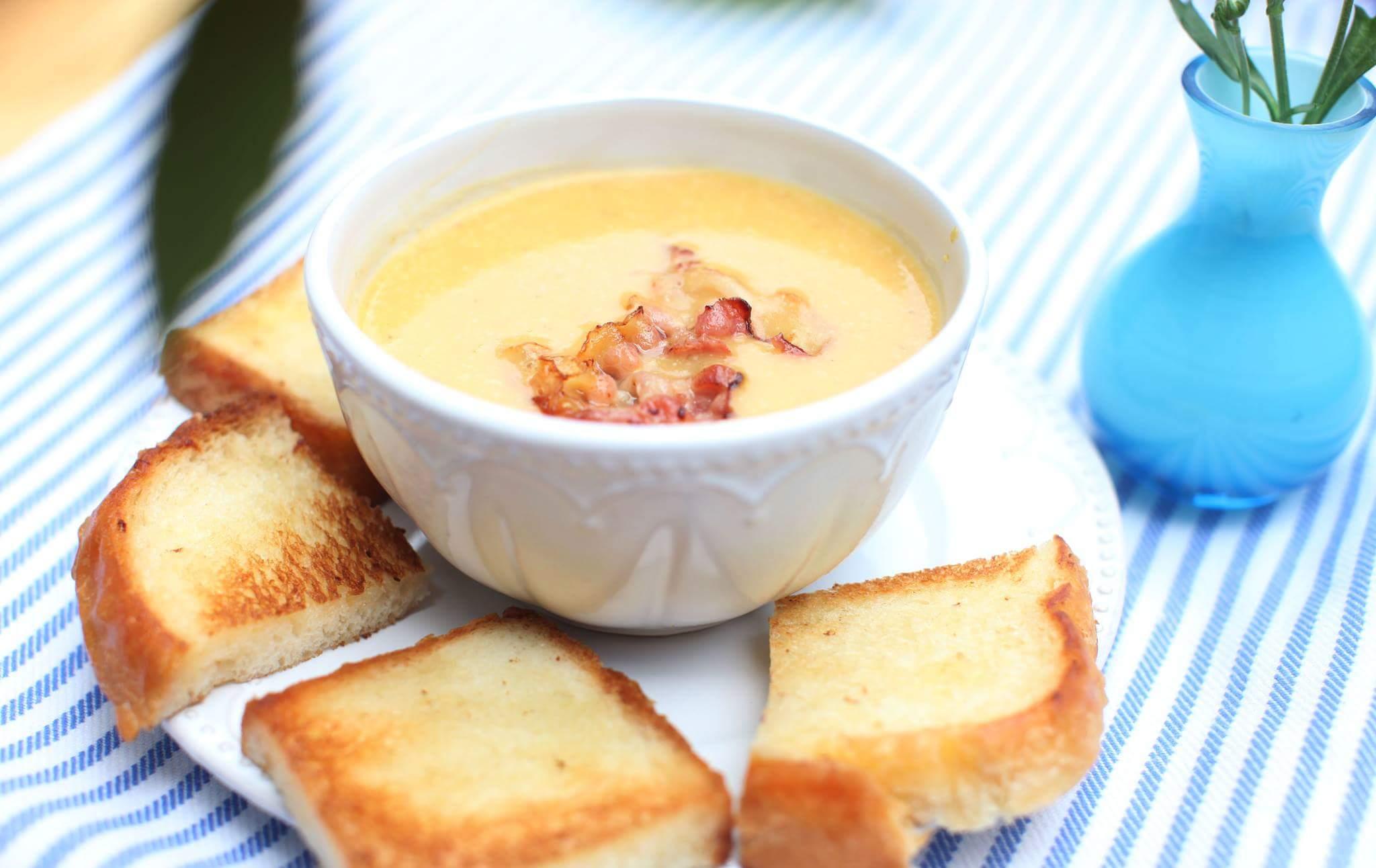 Тыквенный суп с шалфеем, беконом и гренками