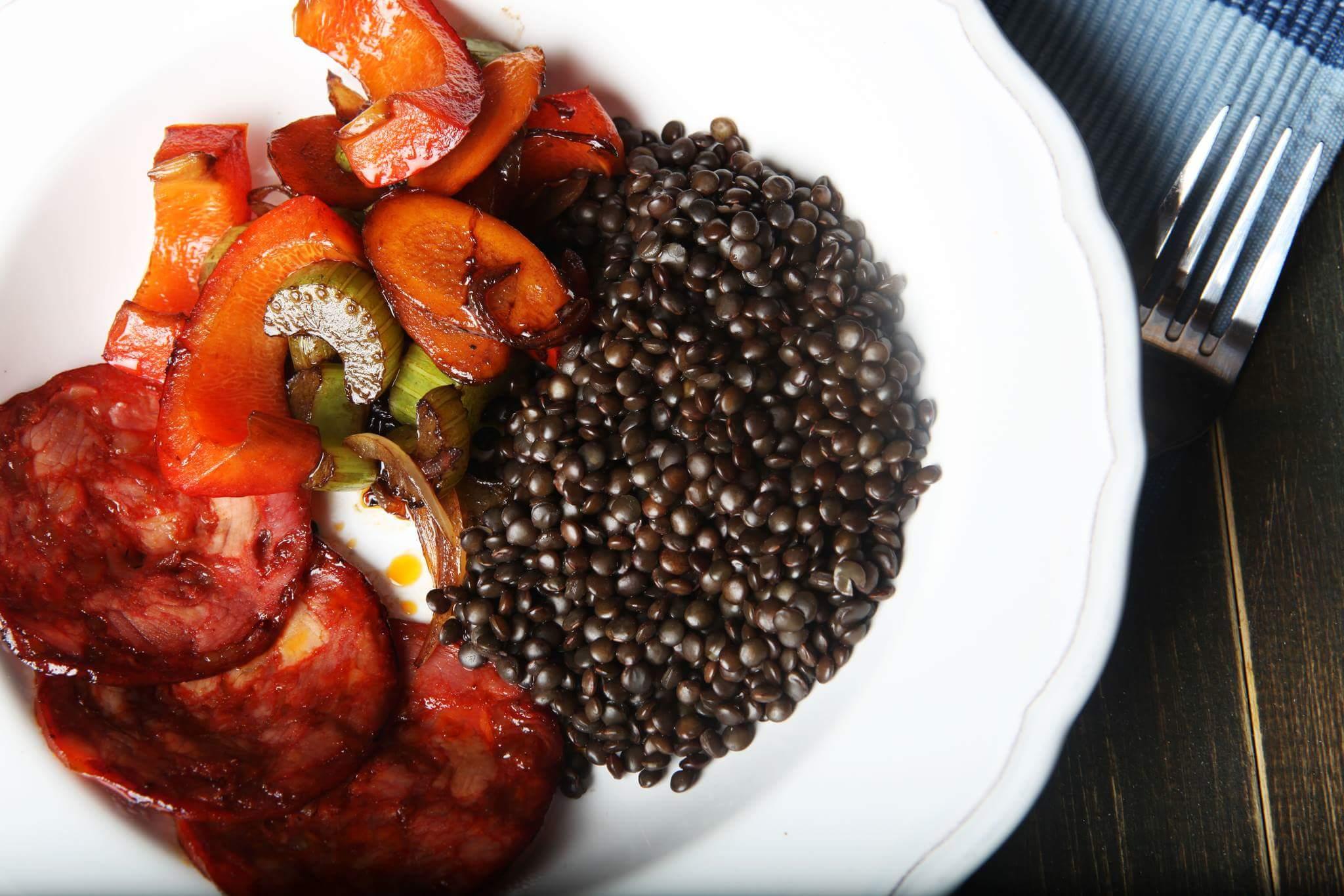 Чечевица с овощами и чоризо
