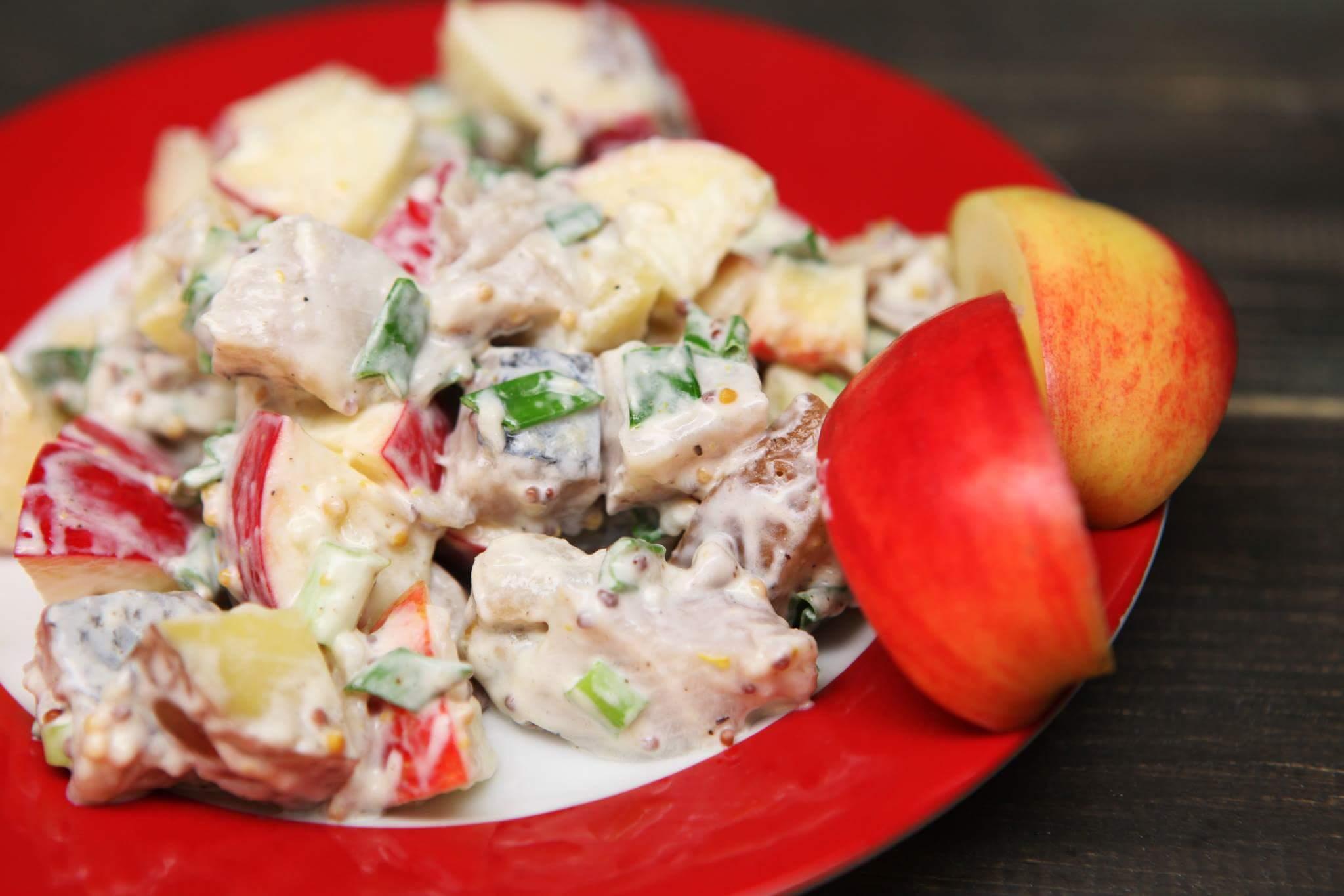 Картофельно-яблочный салат с норвежской сельдью