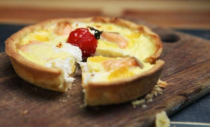 Киш с козьим сыром и семгой
