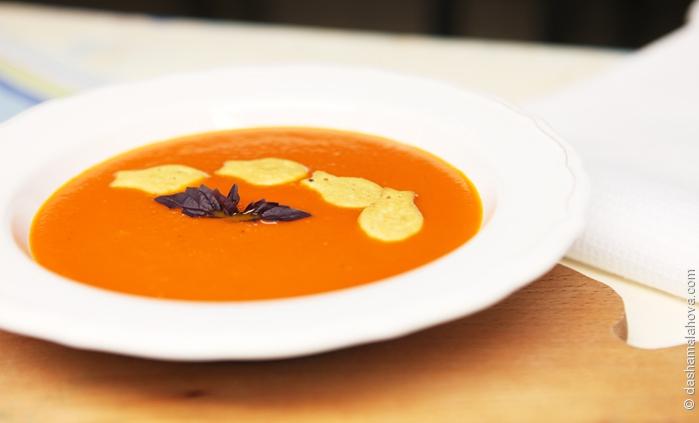 Вегетарианский томатный суп с крекерами