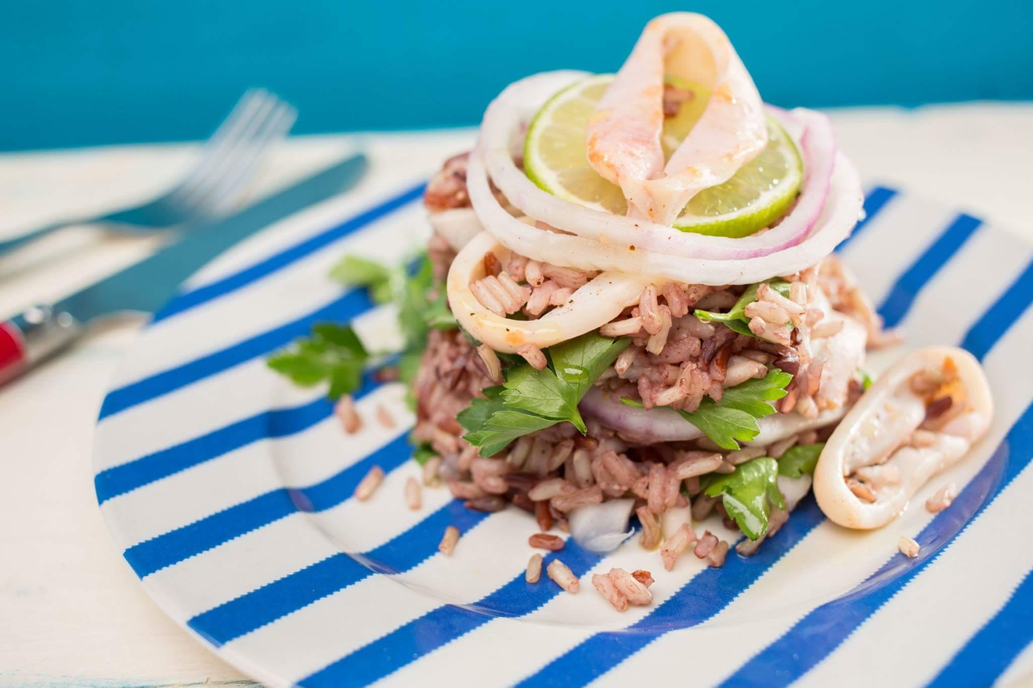 Теплый салат с рисом, красным луком и кальмаром