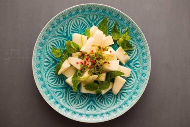 Салат из дыни с мятой и перцем чили