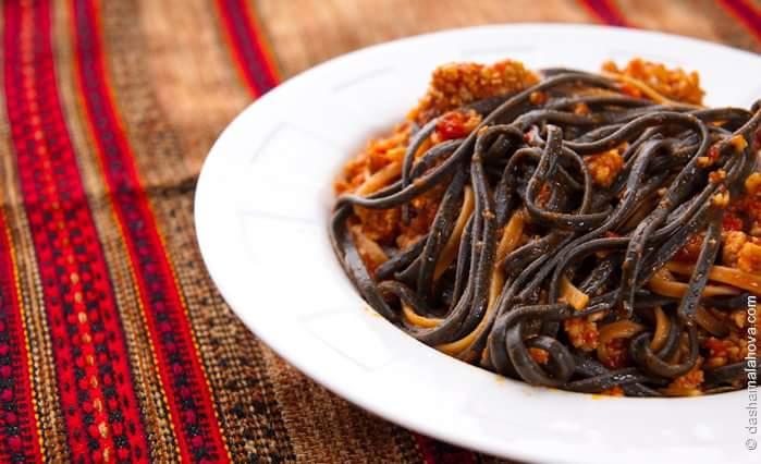 Черные макароны с кровавым соусом