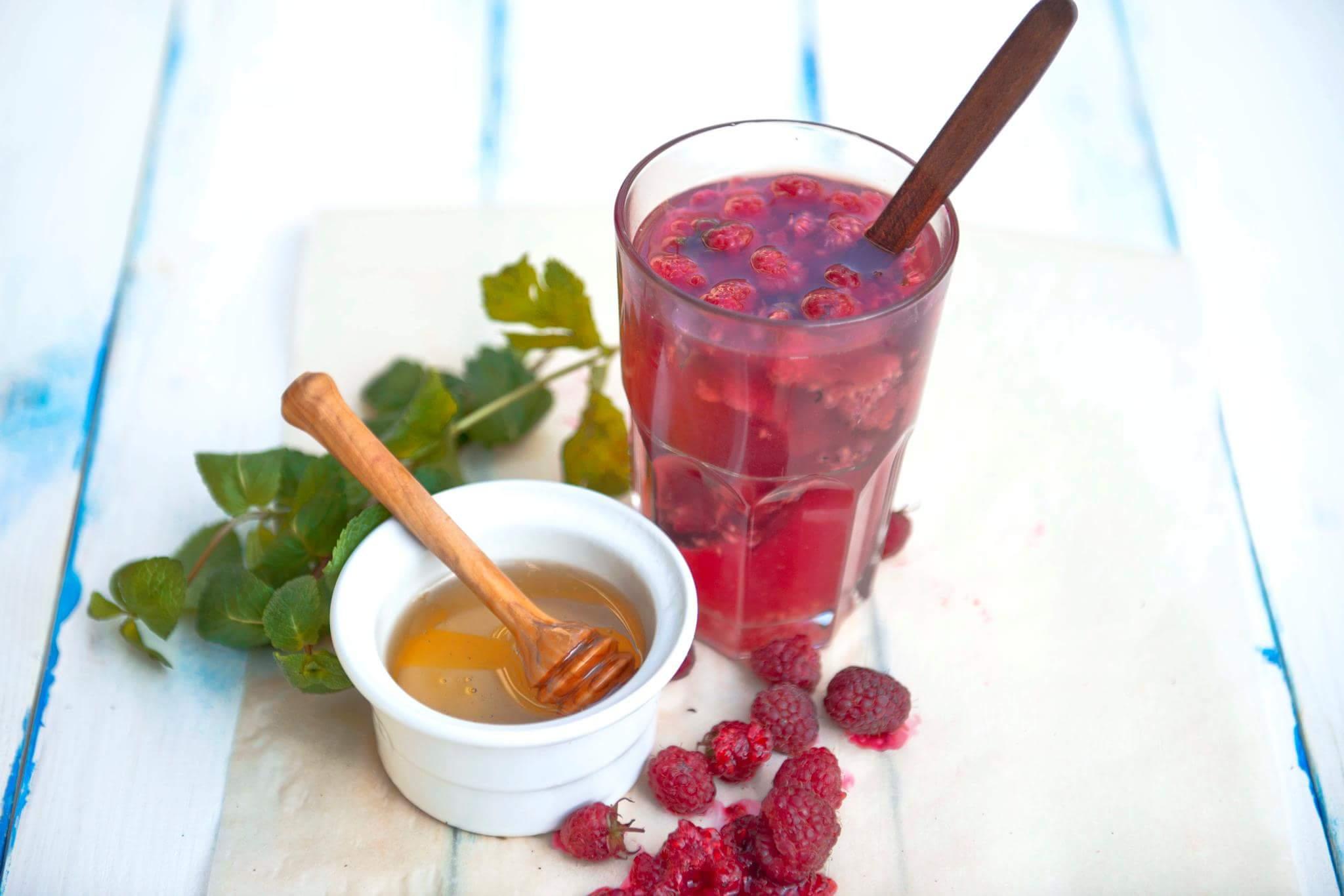 Малиновый чай с ромашкой и медом