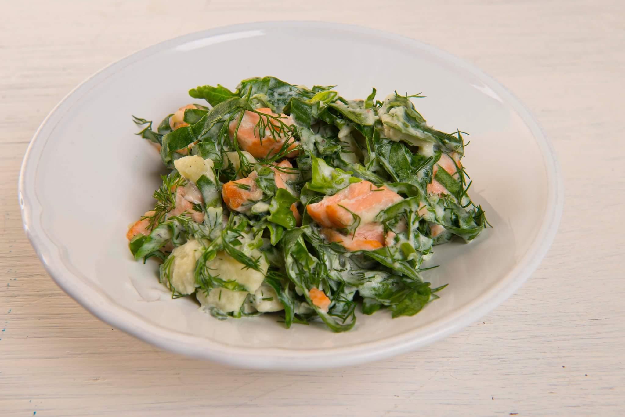 Теплый картофельный салат с семгой и шпинатом