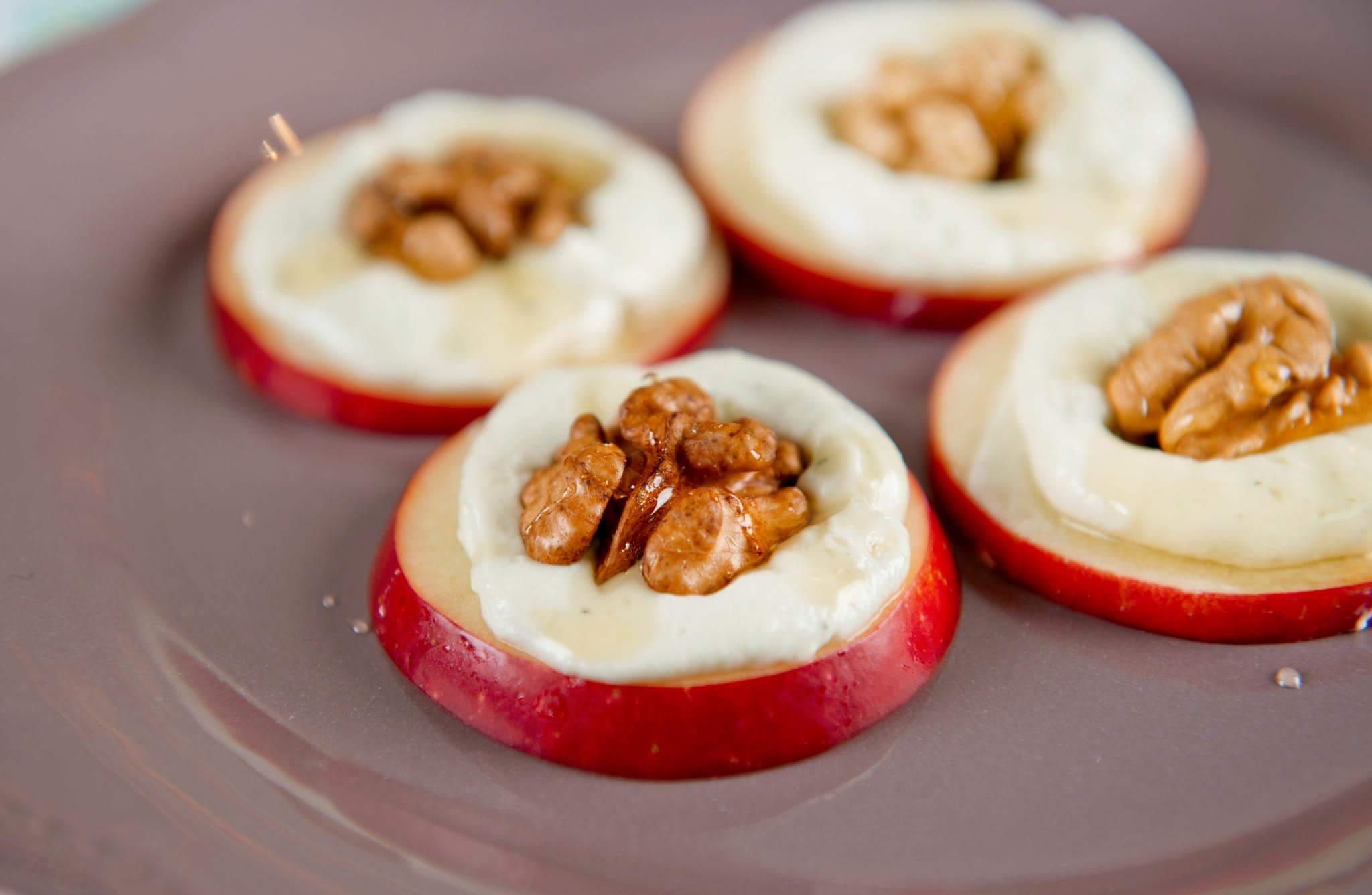 «Умная» закуска с яблоками, горгонзолой и орехами
