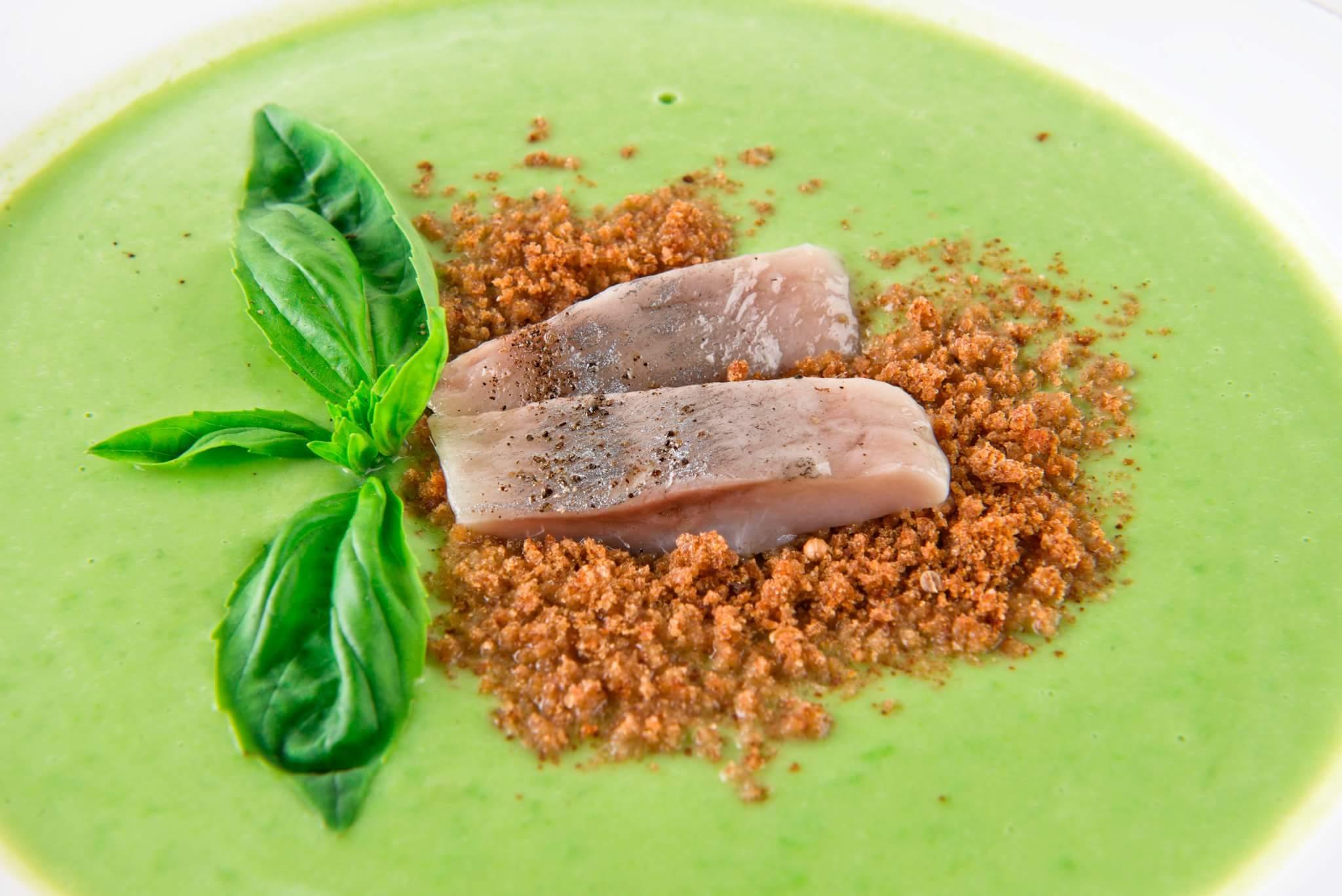 Крем-суп из зеленого горошка с сельдью и хлебными крошками