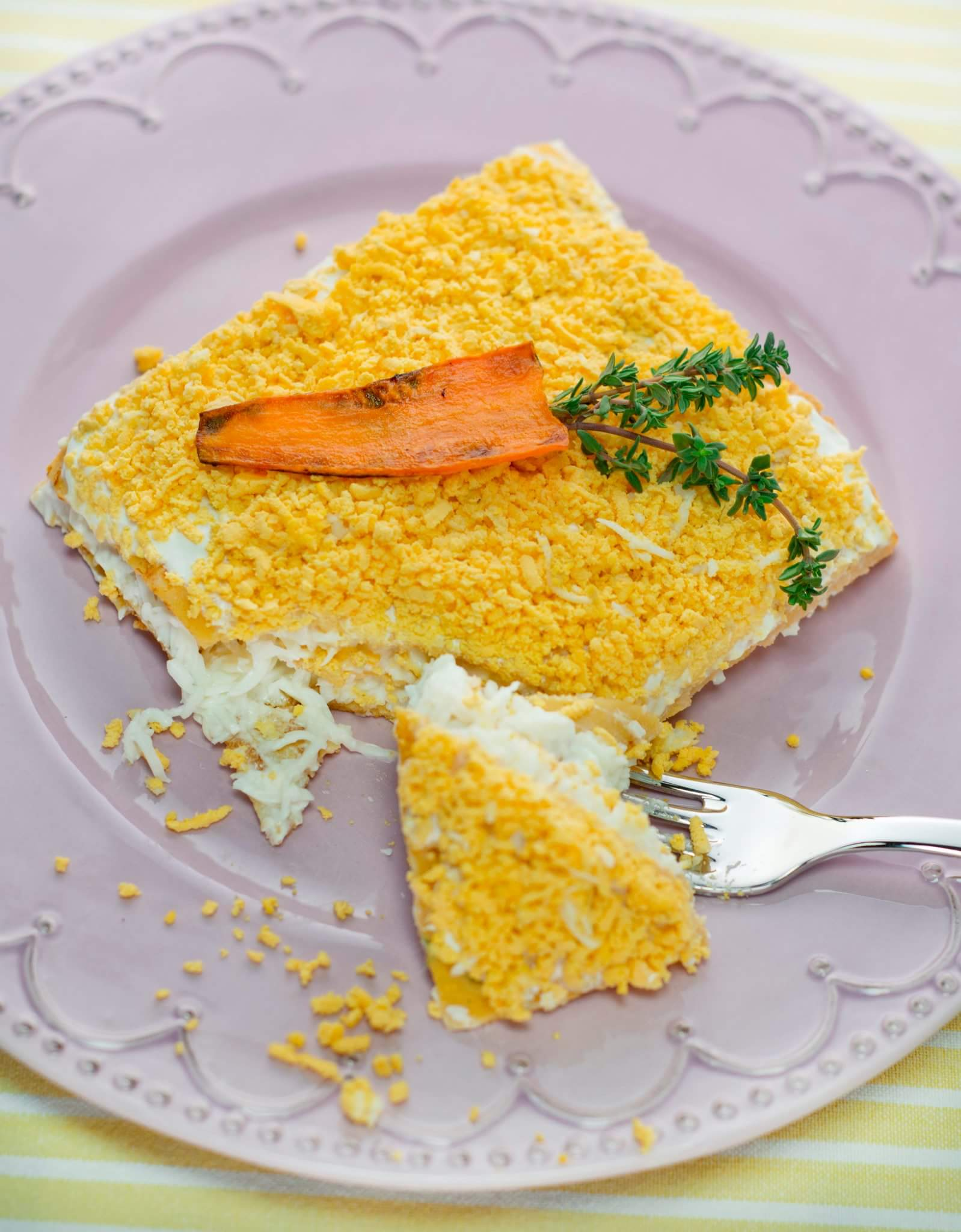 Мясной торт из кролика с яйцом, морковью и сметаной