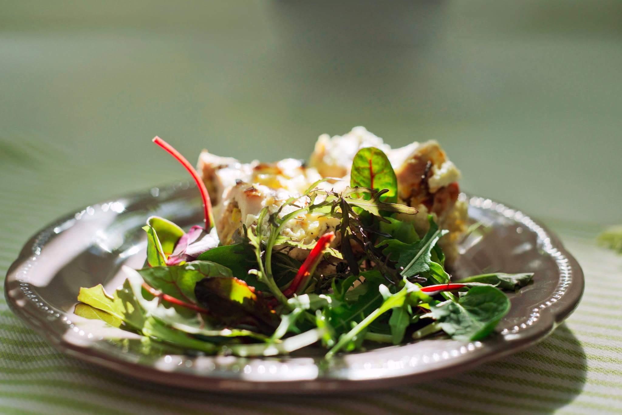 Рецепт Рулетики из индейки с луком-пореем в сметанном соусе