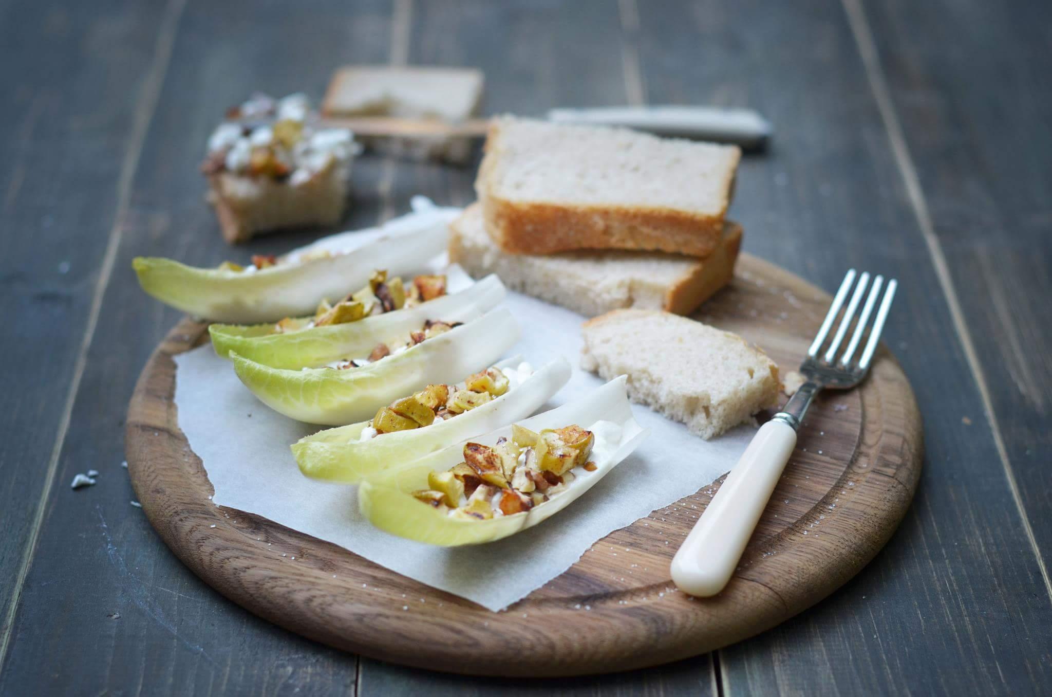 Салат из яблока, грецкого ореха и зернистого творога в листьях цикория