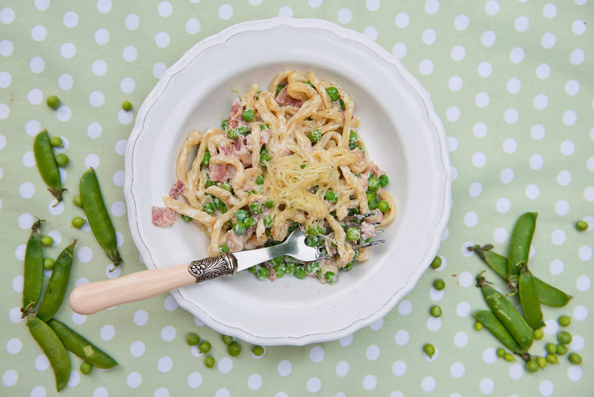Рецепт Домашняя паста с беконом и зеленым горошком в сливочном соусе