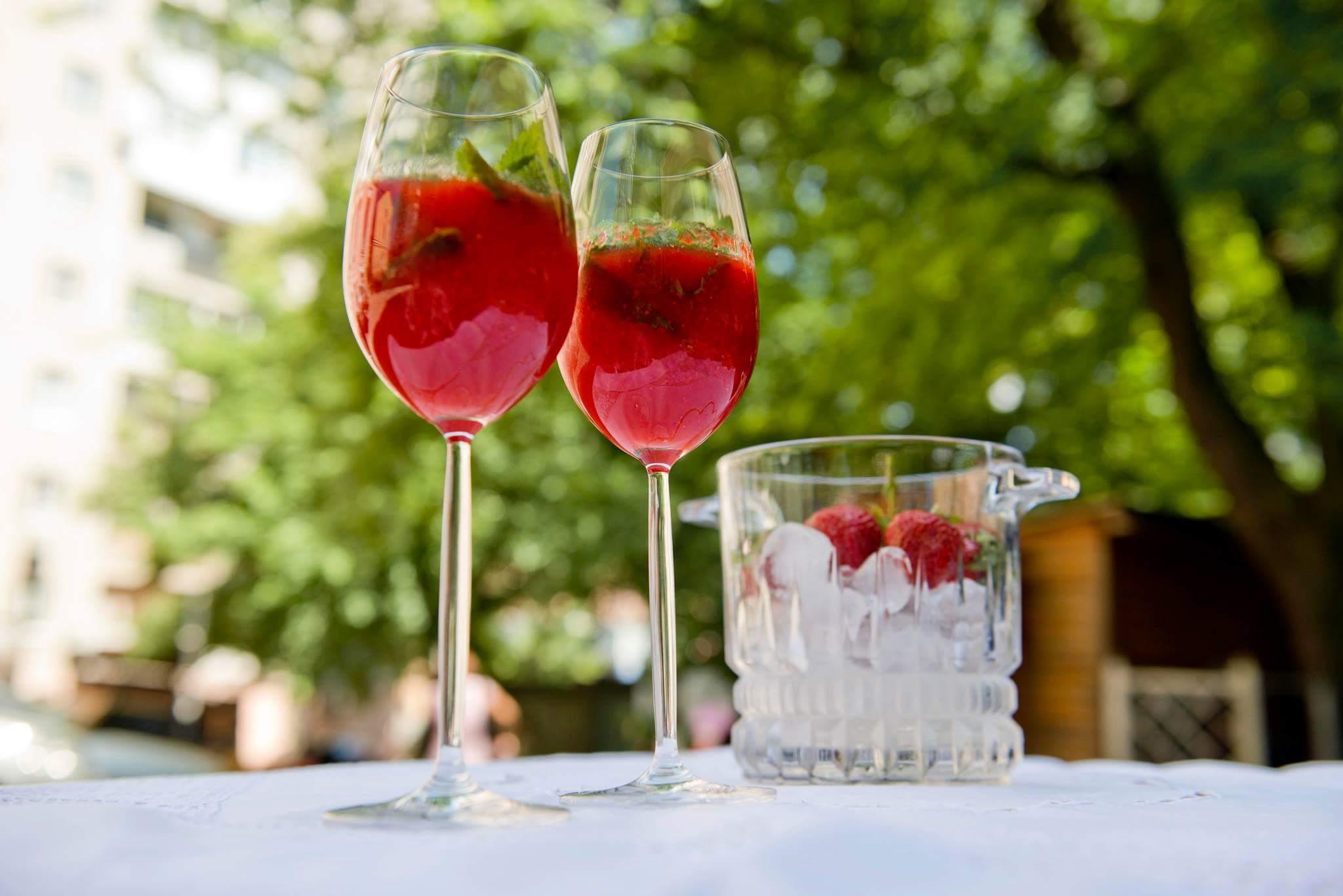 Клубничный коктейль с вином